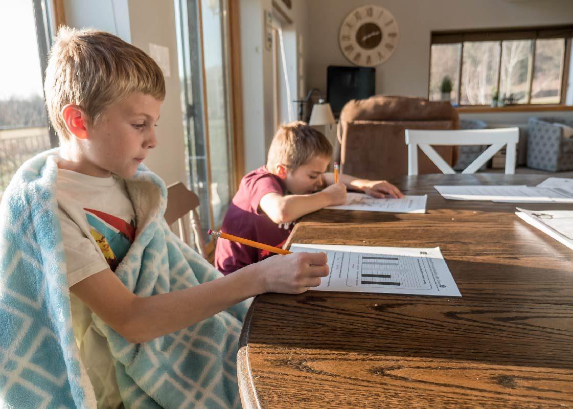 Garcons étudient à la maison